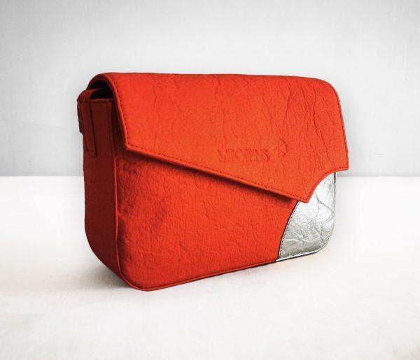 Bandolera de Piñatex roja-plata